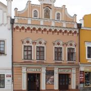 Průčelí galerii orientované do Havlíčkova náměstí
