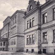 Pohled na přední budovy
