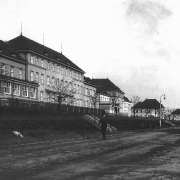 Přední budovy areálu