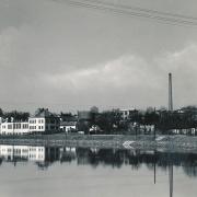 Pohled přes Sázavu na tehdejší  průmyslovou zónu města s Veselého továrnou, jatkami a plynárnou 1935