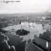 Pohled z věže kostela na jihozápadní roh náměstí