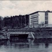 Dobová fotografie, pohled přes rybník