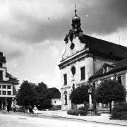 Pohled na klášter, sborovou budovu, trafiku a sousoší přemístěné z vozovky