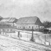 Pohled na ulici Barbory Kobzinové s přízemním domem, který ustoupil sborové budově