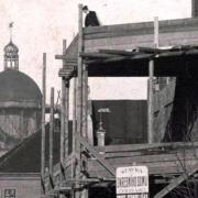 Rozestavěná budova s modelem krovu nárožní věže, v pozadí rozestavěná kopule děkanského kostela, 1911, SOkA Havlíčkův Brod - detail