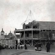 Rozestavěná budova s modelem krovu nárožní věže, v pozadí rozestavěná kopule děkanského kostela, 1911, SOkA Havlíčkův Brod